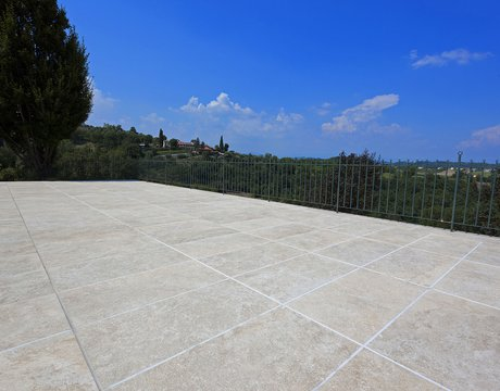 Residence with terrace: Marca Corona porcelain stoneware tiles